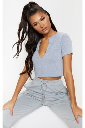 PRETTYLITTLETHING Basic V Neck Crop T Shirt