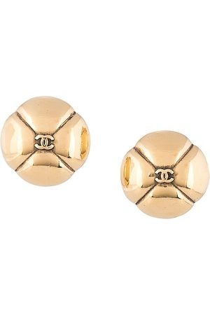 CHANEL Embossed CC round earrings
