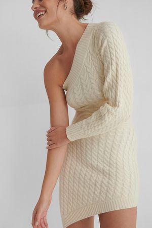 Andrea Badendyck x NA-KD Knitted Asymmetric Dress - Offwhite