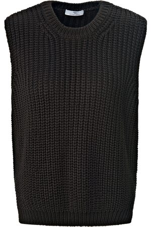 Peter Hahn Sleeveless round neck jumper in chunky knit size: 10